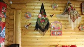 Houten die muur in Russische stijl wordt verfraaid Matryoshkasjaals, houten producten stock footage