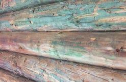 Houten die muur van logboeken met een kleine vorm wordt gemaakt Royalty-vrije Stock Foto