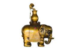 Houten die olifantsbeeldhouwwerk op wit wordt geïsoleerd Stock Afbeeldingen