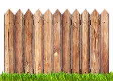 Houten geïsoleerdev omheining en gras Stock Foto's