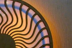Houten die ontwerp met cirkels door golvende lijnen worden verbonden Stock Foto