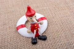Houten die Pinocchio-pop aan een het levensspaarder wordt gebonden Stock Afbeelding