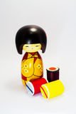 Houten die pop in Japan en Spoel, kleurengaren wordt gemaakt Stock Foto