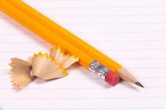 Houten die Potloden op een notitieboekje worden gescherpt Royalty-vrije Stock Afbeelding