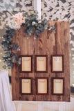 Houten die raad met kaders in een baguette, met bloemen opgezet op een schildersezel worden verfraaid Royalty-vrije Stock Fotografie