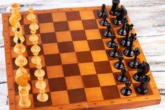Houten die schaakstukken op schaakraad worden geplaatst stock afbeelding