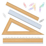 Houten die schoolheersers en kleur paperclips op witte backgr worden geïsoleerd Royalty-vrije Stock Foto's
