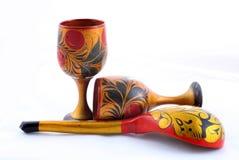 Houten die schotels, met bloemenornament in de stijl van Khokhloma Rus worden geschilderd royalty-vrije stock foto's