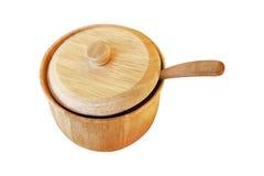 houten die specerij en sauskom met lepel op wit wordt geïsoleerd stock afbeeldingen