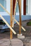 houten die steiger met bakstenen, onder de voet voor de arbeidersstukadoor worden gelegd reportage Veiligheidsschending stock foto