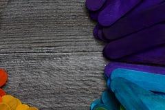 Houten die stokken in verschillende kleuren op een houten lijst worden geschilderd Stock Fotografie