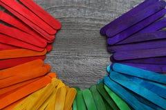 Houten die stokken in verschillende kleuren op een houten lijst worden geschilderd Royalty-vrije Stock Fotografie
