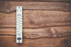 Houten die thermometer in graden Celsius op de houten hete muur, concept wereld en weer wordt gekalibreerd Stock Afbeelding