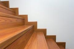 Houten die trap van gelamineerd hout wordt gemaakt Royalty-vrije Stock Afbeelding