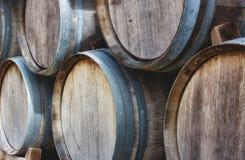 Houten die vaten in een stapel met uitstekende wijn worden gestapeld stock foto's