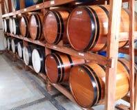 Houten die vaten voor opslag van alcoholische dranken in een kelder worden gegroepeerd stock foto's