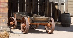 Houten die wagen op een staalkader wordt voortgebouwd met staalwielen stock afbeelding