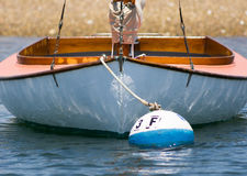 Houten die zeilboot op rivier wordt vastgelegd Stock Afbeeldingen