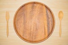 Houten dienblad, en houten die lepel op witte achtergrond wordt geïsoleerd Royalty-vrije Stock Foto