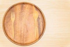 Houten dienblad, en houten die lepel op witte achtergrond wordt geïsoleerd Stock Foto's