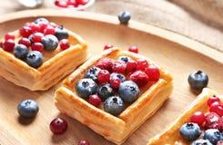 Houten dienblad met heerlijke gebakjes stock fotografie