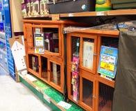 Houten dierlijke kooien in een dierenwinkel Royalty-vrije Stock Afbeelding