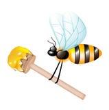 Houten dipper met honing die door bij wordt gedragen Stock Afbeelding