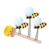 Houten dipper met honing die door drie bijen wordt gedragen Royalty-vrije Stock Foto
