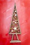 Houten diy Kerstmisboom over een rode achtergrond stock afbeelding