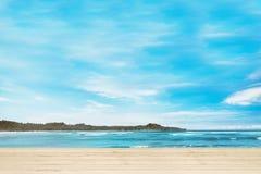Houten dok met blauwe oceaanmening royalty-vrije stock afbeelding