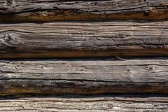 Houten donkere bruine logboekenachtergrond met barsten en spleten stock foto's