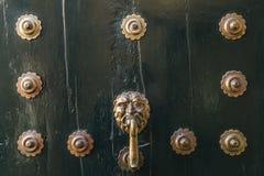 Houten donkere deur met de achtergrond van ijzerklinknagels royalty-vrije stock foto