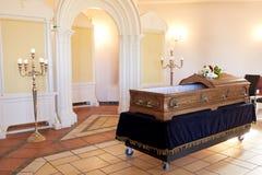 Houten doodskist bij begrafenis in orthodoxe kerk royalty-vrije stock afbeelding