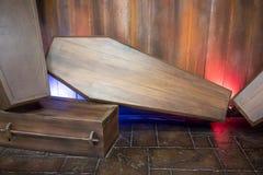 Houten doodskist tegen houten achtergrond voor vertoning stock fotografie