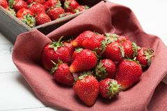 Houten doos met aardbei, kleurrijk heerlijk dieet stock foto's