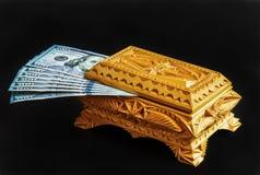Houten doos met de V.S. 100 dollarsrekeningen Stock Afbeeldingen