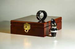 Houten doos met een gouden slot voor een reeks van wijn royalty-vrije stock fotografie