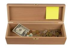 Houten doos met geld Stock Afbeeldingen