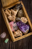 Houten doos met inzameling van rotsen en mineralen Royalty-vrije Stock Foto