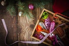 Houten doos met Kerstboomdecoratie en horizontale kruiden Stock Foto's