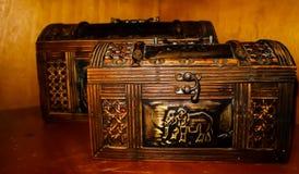 houten doos met olifantspictogram stock fotografie