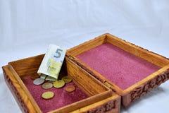 Houten doos met rood tapijt, muntstukken en euro bankbiljet Royalty-vrije Stock Foto's