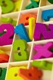 Houten doos met stuk speelgoed karakters en cijfers Royalty-vrije Stock Foto's