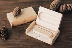 Houten doos met usbstok op donkere achtergrond Royalty-vrije Stock Fotografie