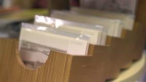 Houten dozen met prentbriefkaaren stock illustratie