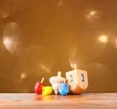 Houten dreidels voor hanukkah en schitteren gouden lichtenachtergrond royalty-vrije stock fotografie