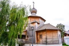 Houten Drievuldigheidskerk 1551 Sviyazhsk is een landelijke plaats in de Republiek Tatarstan, Rusland, gelegen bij confluen stock foto