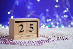 Houten eeuwige die kalender op 25 van December met Kerstmis D wordt geplaatst Stock Foto's