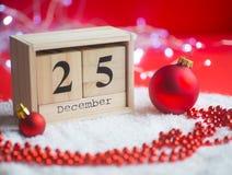 Houten eeuwige die kalender op 25 van December met Kerstmis D wordt geplaatst Royalty-vrije Stock Afbeeldingen