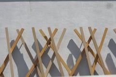 Houten en concrete voorgevel van een modern gebouw stock fotografie